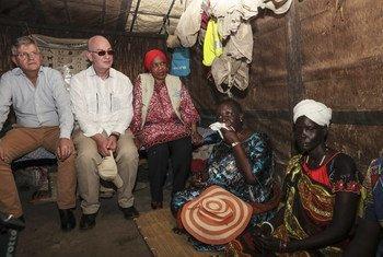 Une délégation de l'ONU et l'Union africaine, incluant Jean-Pierre Lacroix (maintien de la paix) et Phumzile Mlambo-Ngcuka (ONU Femmes) lors d'une visite d'un site de protection des civils à Bentiu, au Soudan du Sud.
