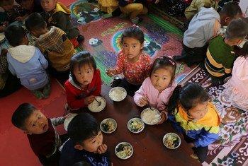 2018年5月9日,朝鲜民主主义人民共和国南黄河州新原县,世界粮食计划署支持的儿童托儿所和哈松幼儿园的儿童。