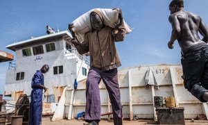 Food supplies provided by WFP are offloaded from a river barge onto trucks for distribution in Malakal town, South Sudan.