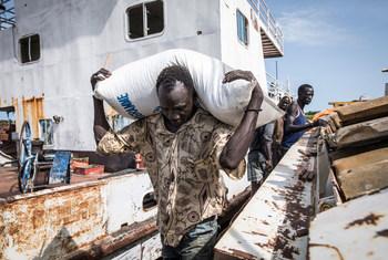 南苏丹马拉卡勒(Malakal),挽救生命的粮食正在装车等待运送。