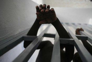 海地一所监狱中的男孩。