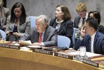 Le Secrétaire général, António Guterres (centre) informe le Conseil de sécurité sur la question des femmes, la paix et la sécurité
