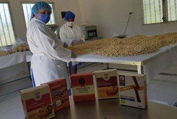 Mujeres empacando productos de anacardo en una cooperativa respaldada por el FIDA en Namasigüe, Honduras.