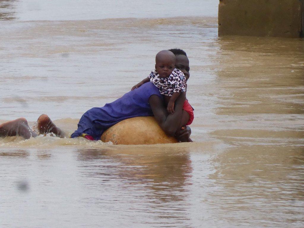 Une mère et son fils essaient de fuir les inondations au Nigéria.
