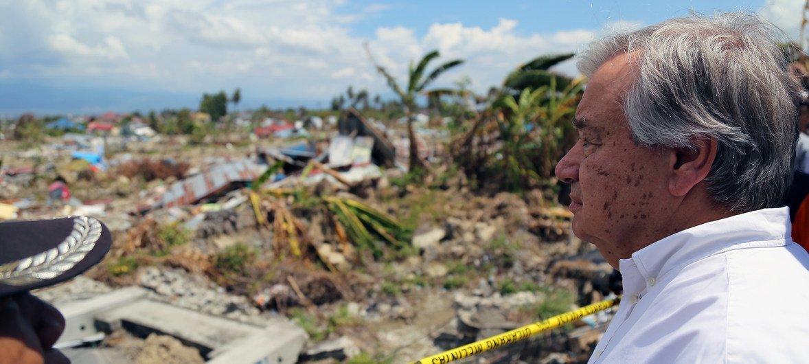 2018年10月12日,在地震和海啸发生后,古特雷斯视察了印度尼西亚中苏拉威西省的帕鲁(Palu)地区的巴拉罗亚(Balaroa)一处发生土壤液化的地点。