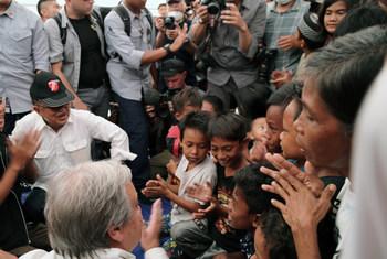 Katibu Mkuu Antonio Guterres akiimba na watoto ambao wameathirika na tetemeko la ardhi na tsunami mjini Palu katika kisiwa cha Sulawesi, Indonesia.