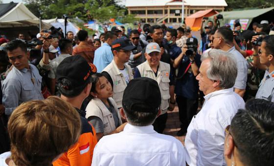 Le Secrétaire général de l'ONU, António Guterres, visite un camp de déplacés à Palu, sur l'île indonésienne de Sulawesi.