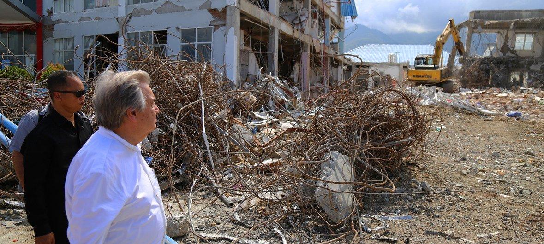 Guterres esteve em áreas da costa e num hospital parcialmente destruído por um terremoto e tsunami que afetaram a ilha de Sulawesi, na Indonesia, em setembro de 2018.