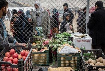 Спустя годы после разгрома ИГИЛ, более миллиона иракцев все еще не могут вернуться в свои дома. На фото: рынок в лагере для внутренних переселенцев в Ираке.