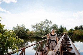 Жительница Молдовы Валентина Смантана уже на пенсии, но продолжает работать. «Иначе как деревенским жителям выживать? Они не могут рассчитывать только на зарплату или пенсию. Им нужно работать на земле, другого выхода нет», - говорит она.