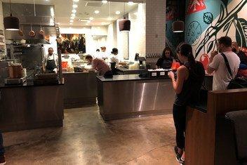 这家纽约快餐店通过捐献未使用的食物来帮助减少饥饿。