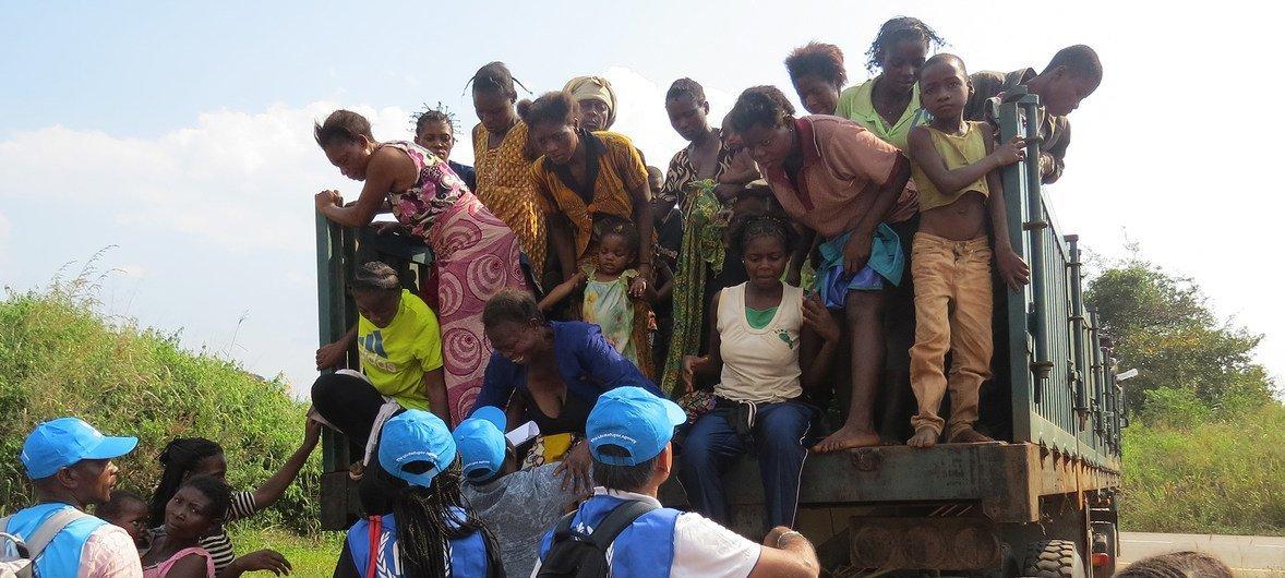2017年5月,一群刚果民主共和国妇女和儿童在逃离开赛地区的民兵袭击后,抵达了安哥拉边境。