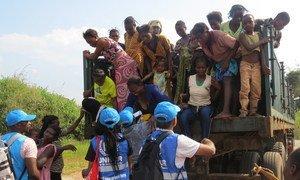 Mulheres e crianças congoleses na fronteira entre Angola e RD Congo