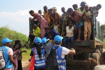 Wanawake na watoto wakiwasilia katika kituyo cha mpaka cha Chissand,Lunda Norte, Angola wakikimbia mashambulio ya wanamgambo katika mkoa wa Kasai DRC.2May 2017
