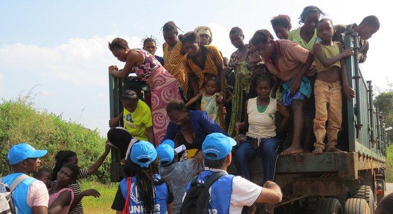 Mujeres y niños congoleños en la frontera con Angola en una imagen de archivo.