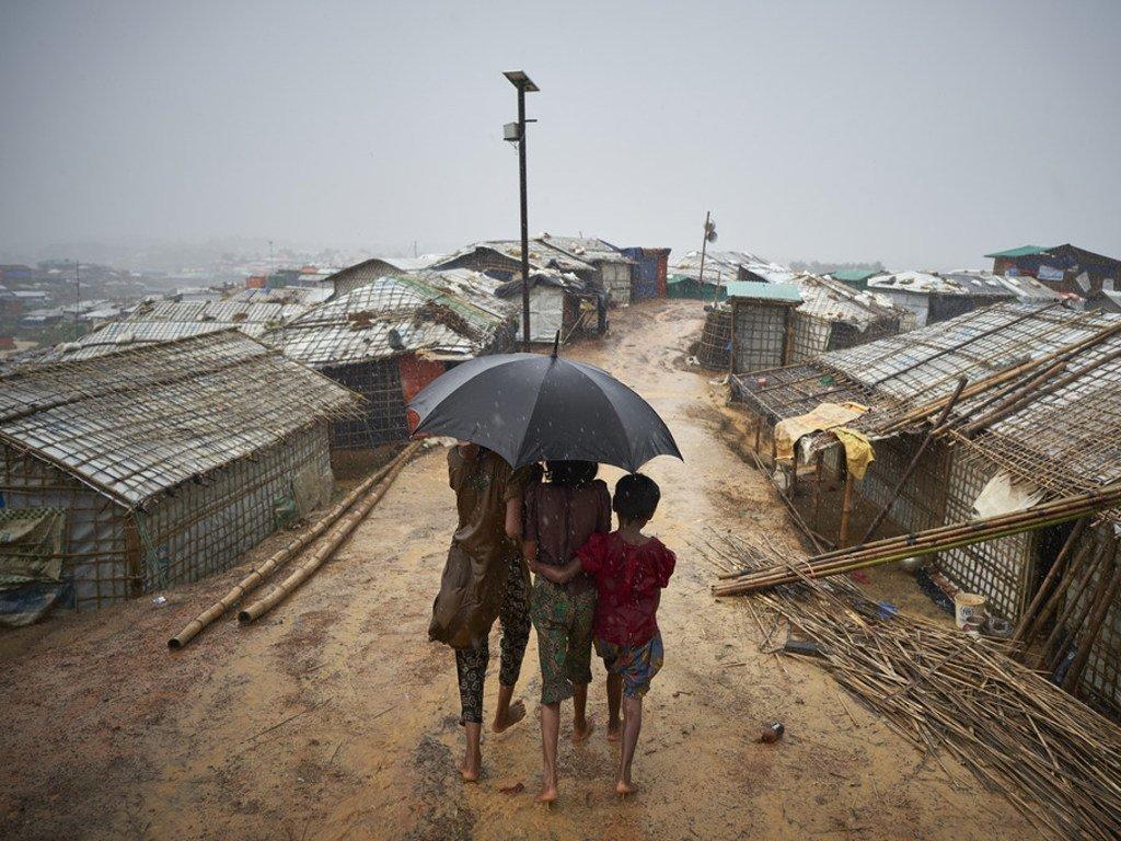 Wakimbizi wa Rohingya wakitembea katika mvua katika kambi ya Kutupalong, wilaya ya Cox's Bazara.2018