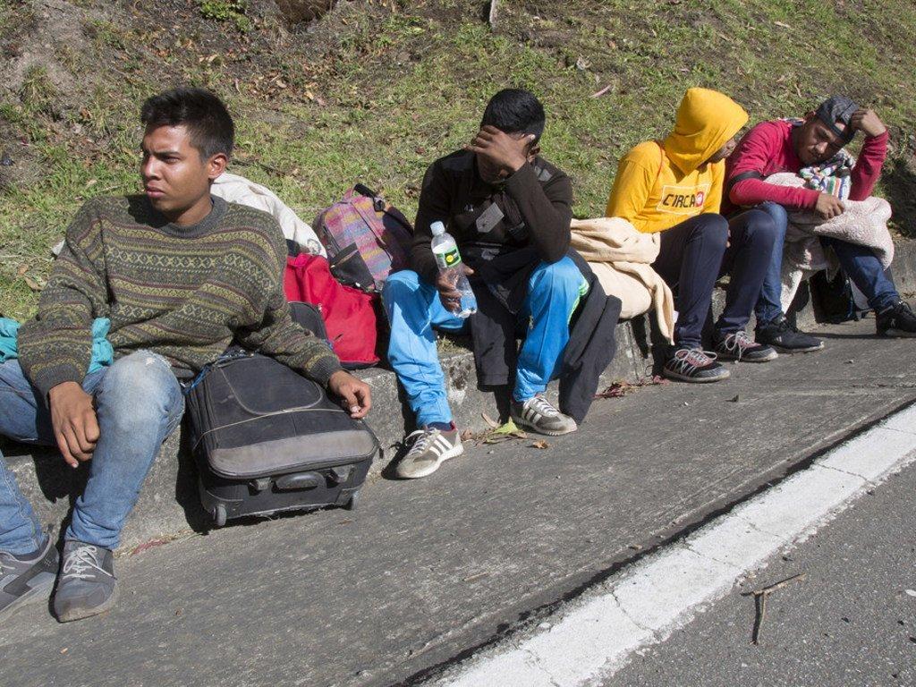 Wakimbizi kutoka Venezuela wanaokimbia njaa wanavuka mpaka Cúcuta, Colombia na kutembea hadi miji mingine.
