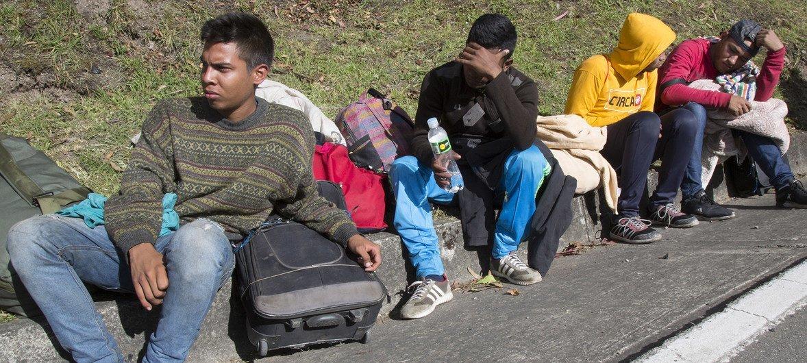 Refugiados venezuelanos caminham 11 horas por dia para chegar até ao Equador e ao Peru.