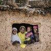 尼日尔南部马拉迪(Maradi)地区的达尔盖村,一家人占立在窗前。尼日尔在联合国开发计划署今年九月公布的人类发展指数中位列全球倒数第二。
