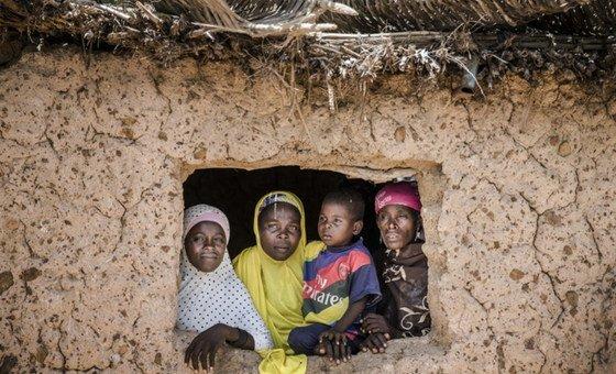 尼日尔南部马拉迪(Maradi)地区的达尔盖村,一户家庭立在窗前。尼日尔在联合国开发计划署今年九月公布的人类发展指数中位列全球倒数第二。