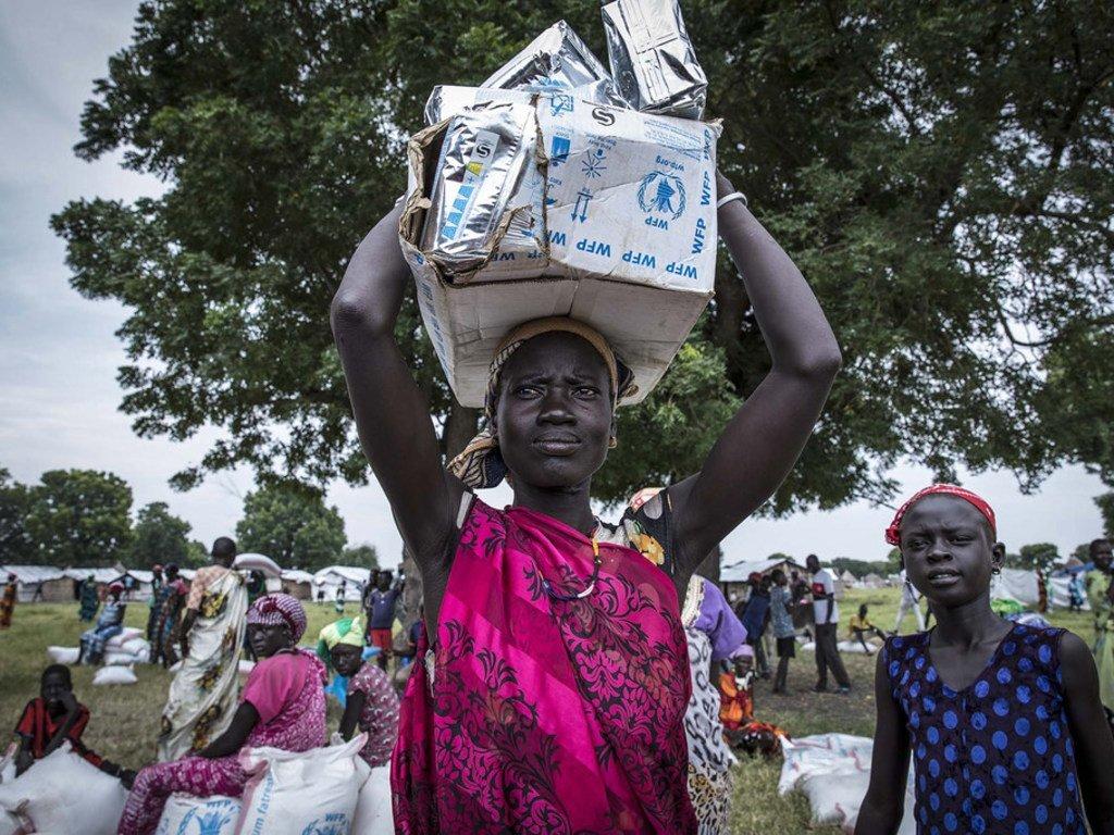 世界粮食计划署使用驳船通过河道向南苏丹运送食品。