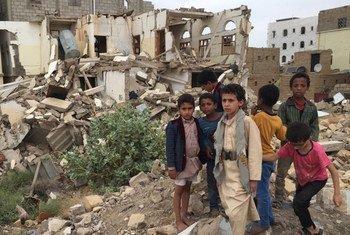 De jeunes garçons devant des bâtiments endommagés à Saada, au Yémen (archives).