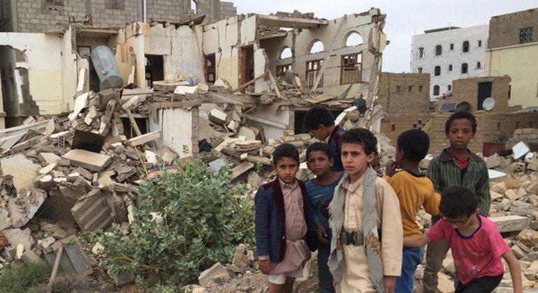 यमन के सादा इलाक़े में एक ध्वस्त इमारत के सामने कुछ लड़के. अनेक इलाक़ों में लड़ाई ने भारी तबाही छोड़ी है.