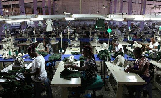 Travailleurs d'usine à Accra au Ghana