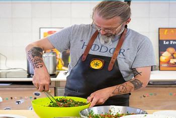 Le chef Simon a gagné en popularité en ligne avec des recettes gratuites mettant l'accent sur l'utilisation d'ingrédients frais et locaux, des combinaisons d'aliments simples et sains et des menus comportant des articles que les gens ont tendance à jeter à la poubelle.