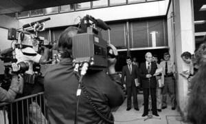 Mwezi Julai mwaka 1982, Katibu Mkuu wa  UN Javier Pérez de Cuéllar( kwenye kipaza sauti) akielezea wanahabari kwenye makao makuu ya UN baada ya mazungumzo na wasuluhishi wa Uingereza na Argentina kuhusu mzozo wa visiwa vya Falklands/Malvina.