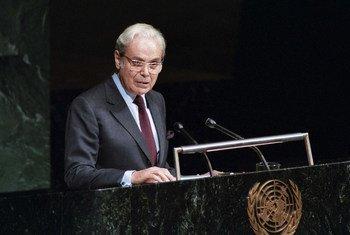 Javier Perez de Cuellar se dirige a la Asamblea General tras ser elegido para un segundo mandato como Secretario General en 1987.