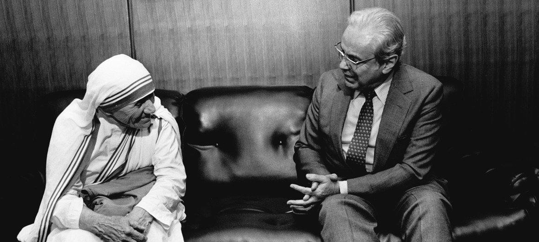 Javier Perez de Cuellar, Secrétaire général de l'ONU, rencontre Mère Teresa en octobre 1985.