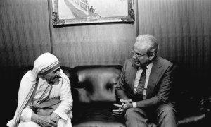 Javier Perez de Cuellar Katibu Mkuu wa UN akiwa na Mama Teresa Oktoba 1985