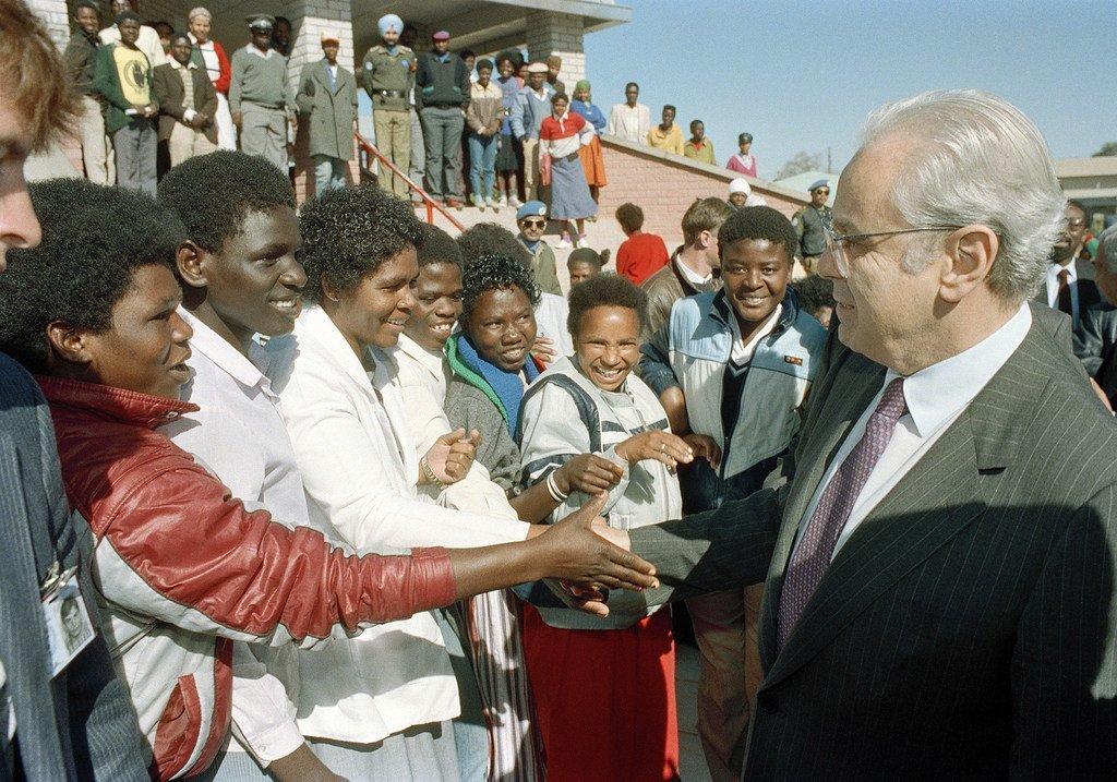 Le Secrétaire général de l'ONU, Javier Perez de Cuellar, visite un quartier de Windhoek, en Namibie, en juillet 1989.
