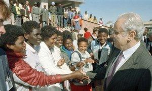 Katibu Mkuu wa Umoja wa Mataifa Javier Perez de Cuellar akizuru Katatura eneo linalokaliwa na watu weuzi mjini Windhoek Namibia Julai 1989