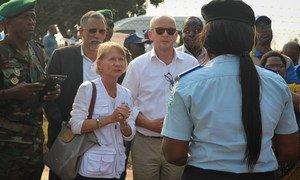 Representante do Acnur em Angola, Philippa Candler, no assentamento de Lovua