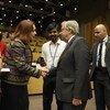 La Présidente de l'Assemblée générale des Nations Unies, Maria Fernanda Espinosa, serre la main au Secrétaire général de l'ONU, António Guterres.