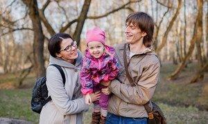 在白俄罗斯,奥尔加和安德烈与他们三岁的女儿尤莉娅。奥尔加和安德烈说他们想要一个更大的家族,但由于经济上的限制,他们无法生育更多的孩子。