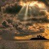 Le soleil se lève derrière un nuage d'orage dans l'atoll de Laamu, aux Maldives.