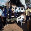 Juhudi za kukabiliana na Ebola Mashariki mwa DRC ni za pamoja. Hapa MONUSCO na UNPOL wakitoa vifaa vya kutumiwa kama vile hema, viti na vinginevyo kwa mkuu wa Polisi ya Beni kutumiwa kwa kazi hiyo.