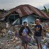 印尼苏拉威西岛帕鲁的贝托波村,31岁的地震幸存者美佳(Mega,左)与丈夫来到昔日她从小长大的屋子,在废墟中搜寻可用的物品。