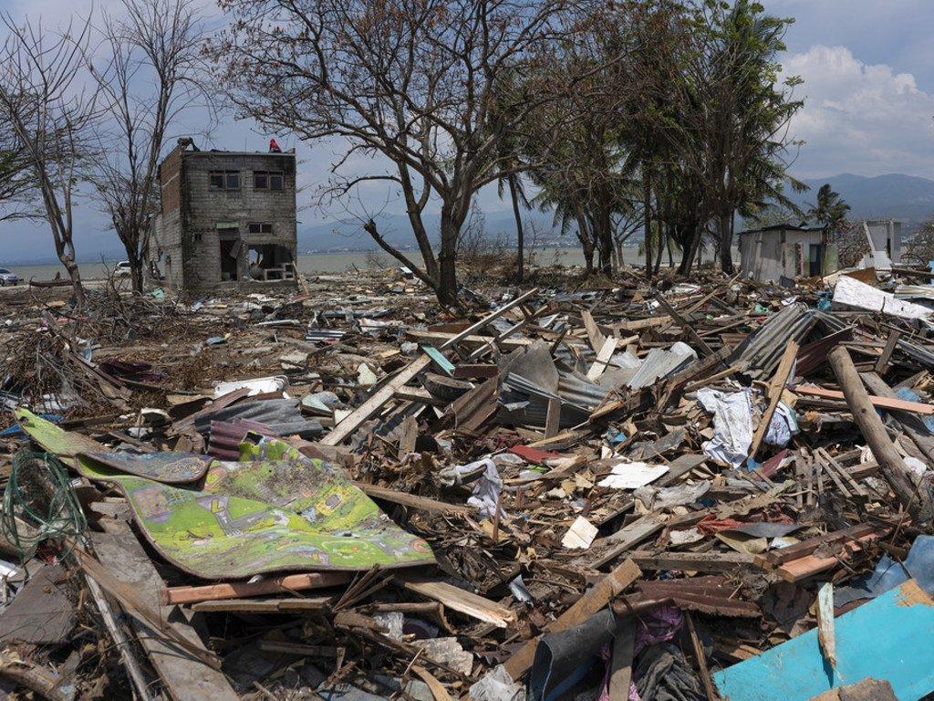 印度尼西亚苏拉威西岛帕卢市塔曼里亚海滩的幸存者面对着令人难以置信的地震和海啸带来的破坏。