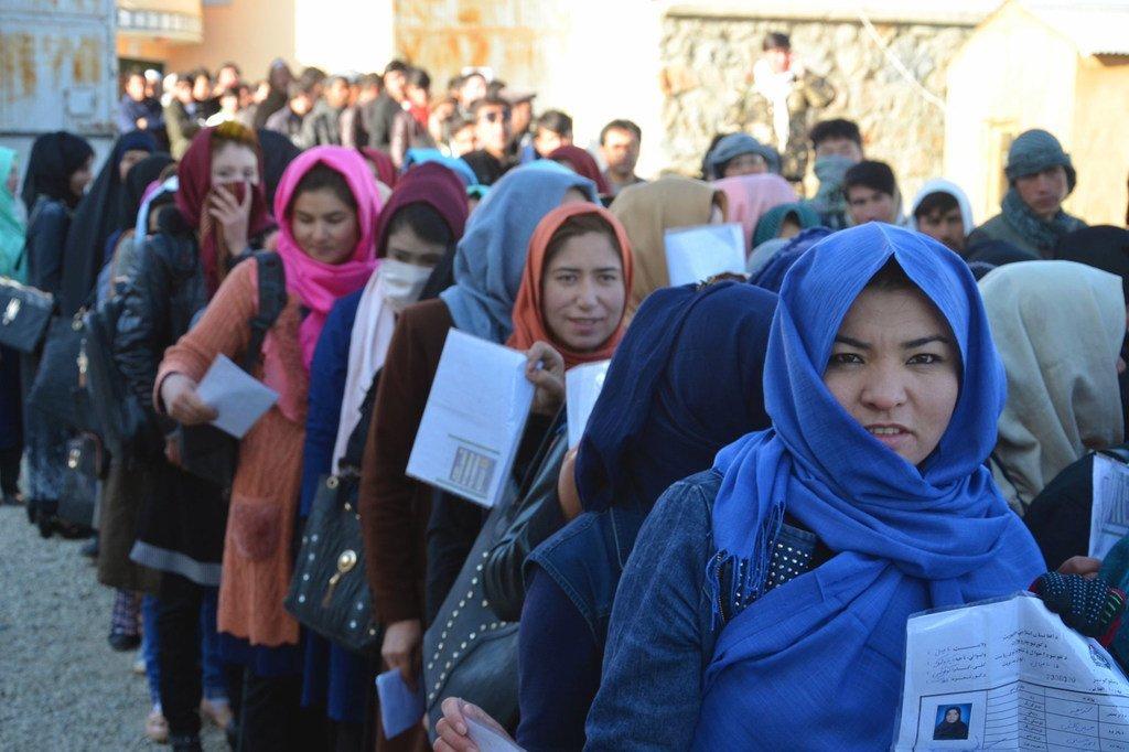 Mujeres afganas esperan para votar en las elecciones parlamentarias de 2018.