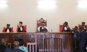 Les juges Michel Landry Louanga (au centre) et Emmanuelle Ducos (2e à gauche) élus Président et Vice-Président de la Cour pénale spéciale de la République centrafricaine.