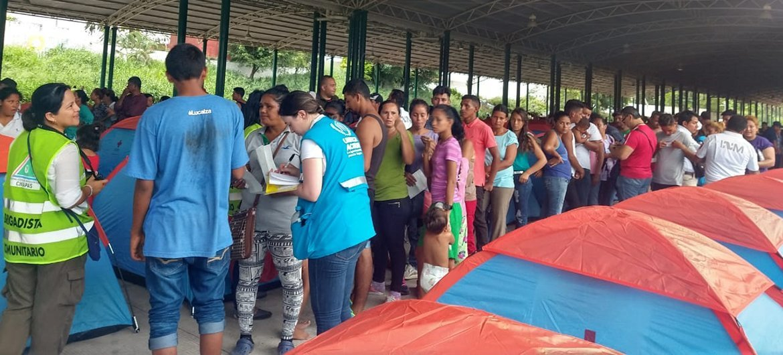 Personal de ACNUR asiste a los migrantes de la caravana que han llegado a la frontera entre México y Guatemala