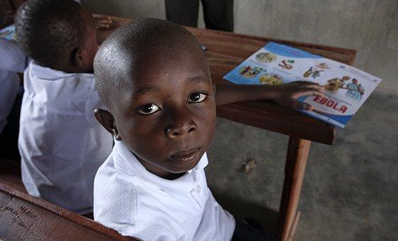 Em Beni, Kambale, de sete anos, aprende como prevenir o ebola numa ação do Unicef.