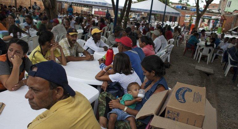 Voluntarios venezolanos y colombianos preparan comidas para los refugiados, solicitantes de asilo y migrantes que cada día llegan a la cocina comunitaria Divina Providencia en Cúcuta, Colombia.