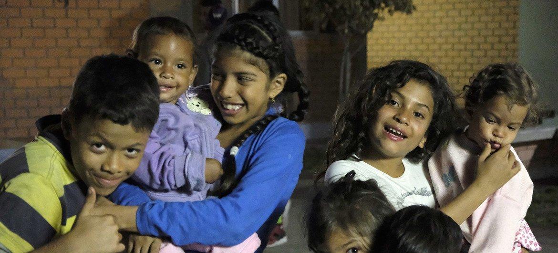 Niños venezolanos en la puerta del albergue de Scalabrini en Lima, Perú. El albergue tiene capacidad para 73 personas y permite que los refugiados y migrantes se queden una semana.