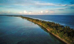 Tuvalu, moja ya visiwa vya Bahari ya Pacific vikiwa kwa wastani chini ya mita mbili juu ya usawa wa bahari. Hali hii imetokana na mabadiliko ya tabia nchi.