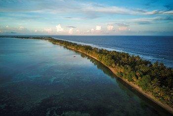 Tuvalu est un archipel de neuf atolls dans le sud de l'océan Pacifique. La hauteur moyenne des îles est inférieure à 2 mètres au-dessus du niveau de la mer ce qui les rend particulièrement vulnérables aux effets du réchauffement climatique.